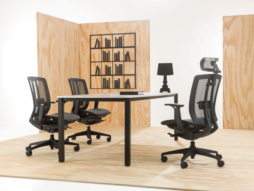 Ambiente com cadeira Time da Sittz nas versões sem e com encosto de cabeça