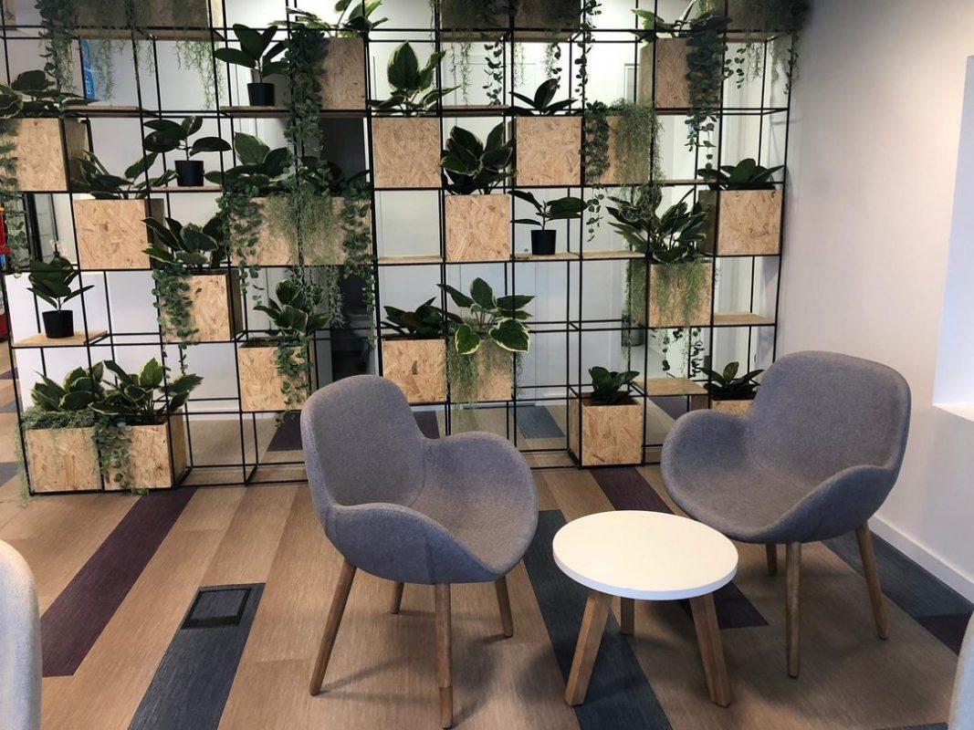 Espaço de descompressão com decoração natural e formas orgânicas combinadas na sede da DirecTV Uruguai.