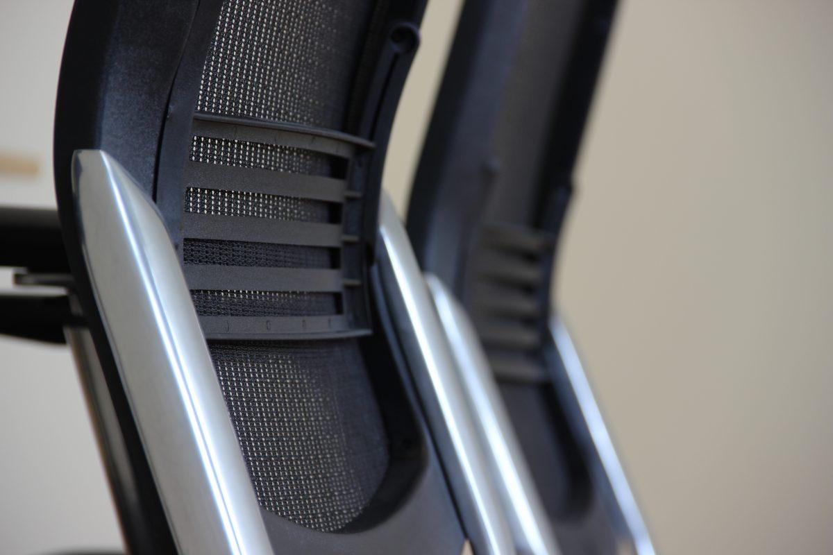 Encosto: deve ter regulagem de altura e oferecer apoio da região lombar. Além disso deve ter entre 42 cm x 26 cm – com medida ideal de 40 cm x 35 cm.